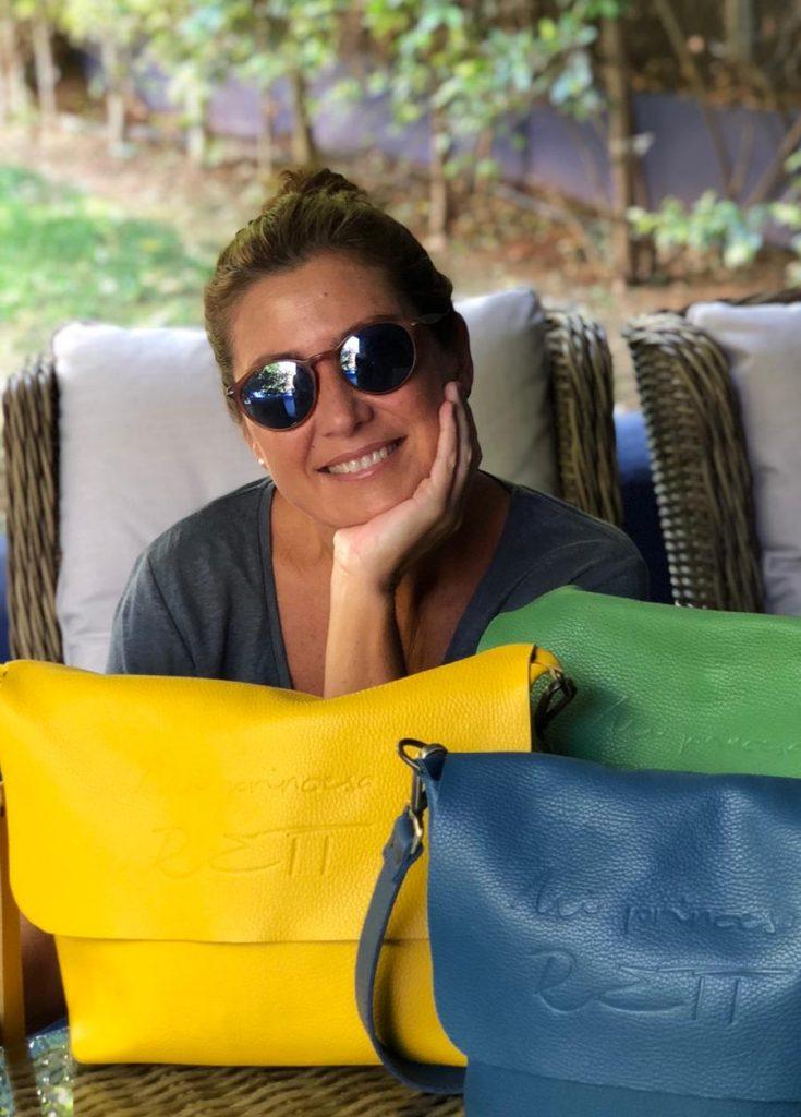 Sara Baras con bolsos de la colección solidaria con Mi Princesa Rett
